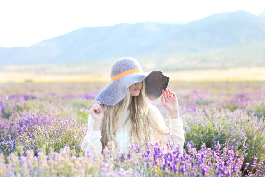 Bildergebnis für blonde woman in lavender field